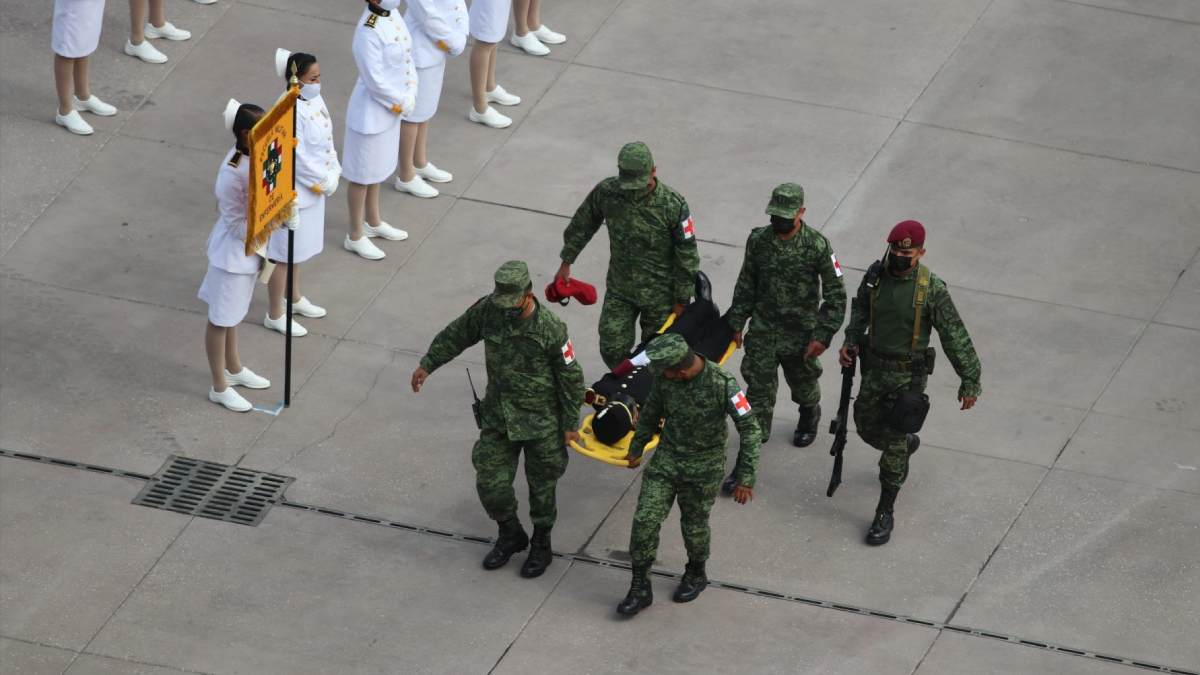 Cadete se desmaya durante desfile en el Zócalo capitalino