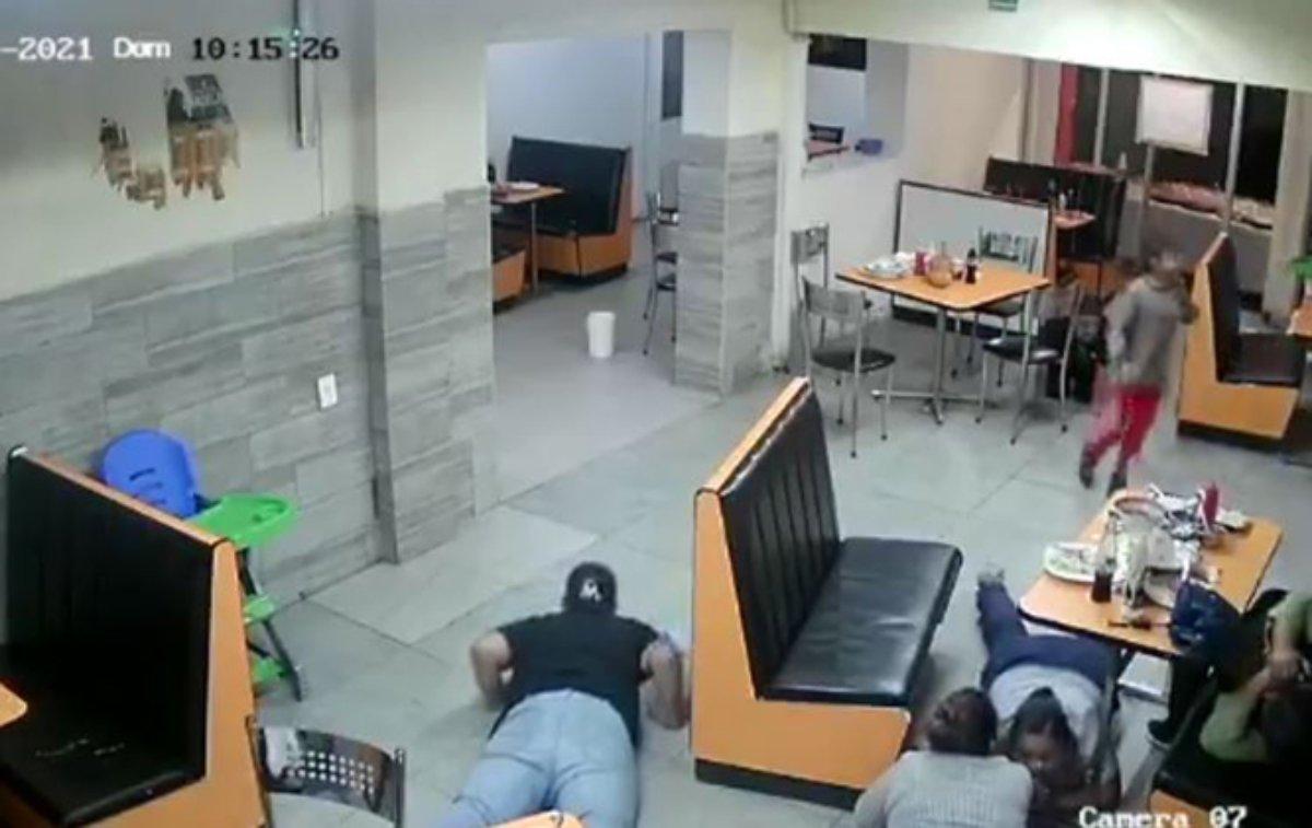 #VIDEO ¡A machetazos! Clientes fueron asaltados en un restaurante donde también había niños
