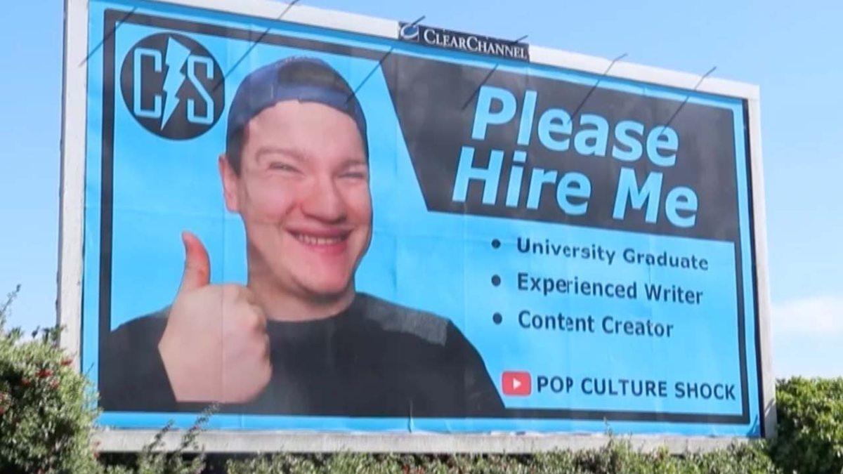 Joven alquila valla publicitaria para encontrar trabajo