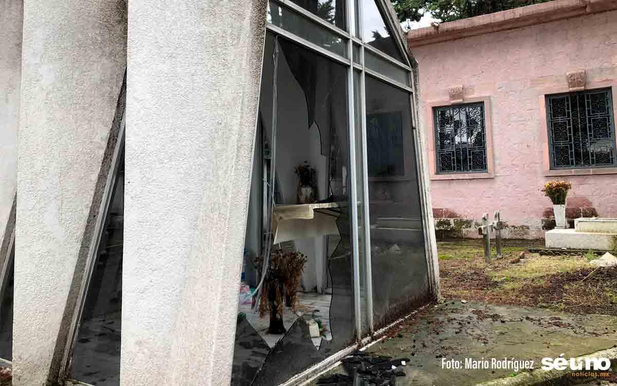 Caos en Toluca: Ahora vandalizan tumbas del Panteón General