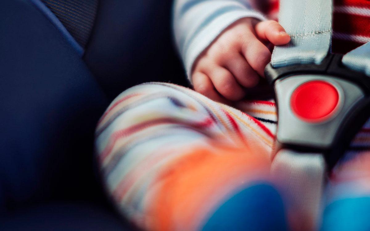 Una mujer olvidó a su bebé en el auto nueve horas y muere