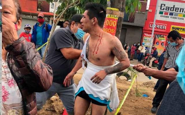 #Video Golpean y amarran a un presuntoladrónen la Central de Abastode Oaxaca