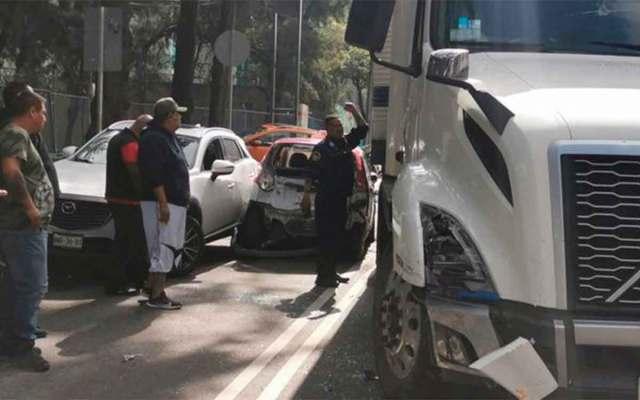 Un trailer embistió a varios autos entre ellos un taxi al que aplastó contra otros autos para al final huir, Iztacalco, CDMX