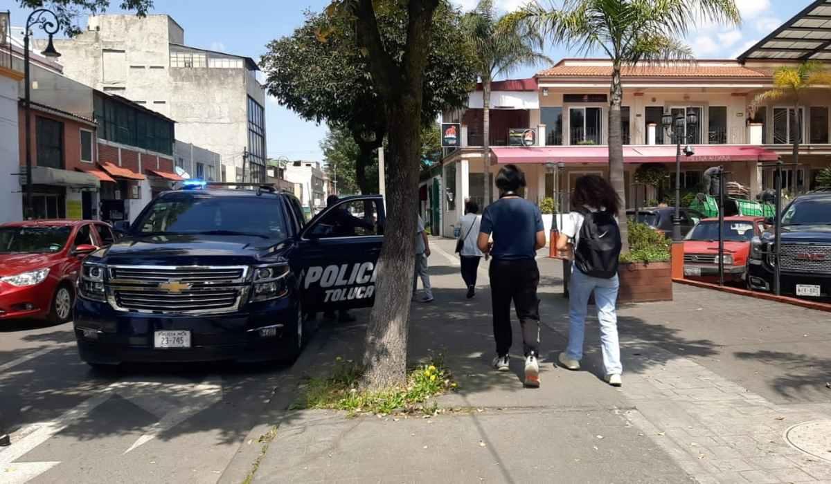 Roban con violencia dos tiendas de celulares en Toluca