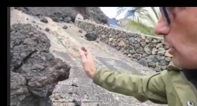 """""""Uff esta súper caliente"""" dice reportero al tocar piedra de lava y quemarse"""