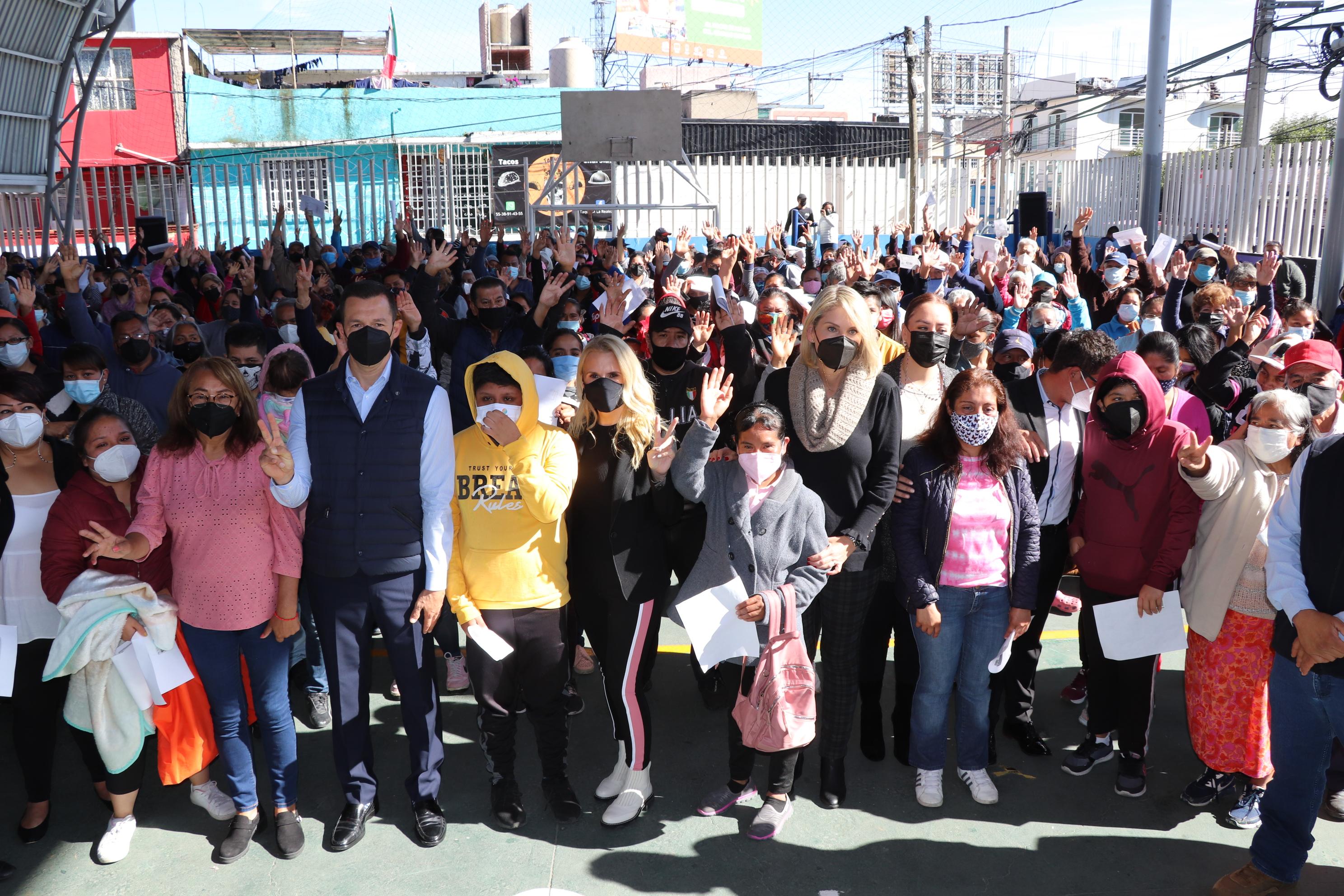 Entrega Huixquilucan apoyos alimenticios y cubrebocas a familias de el olivo