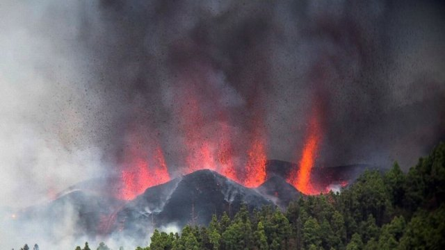 Lava arrasa con casas y terrenos en La Palma, van 6 mil evacuados