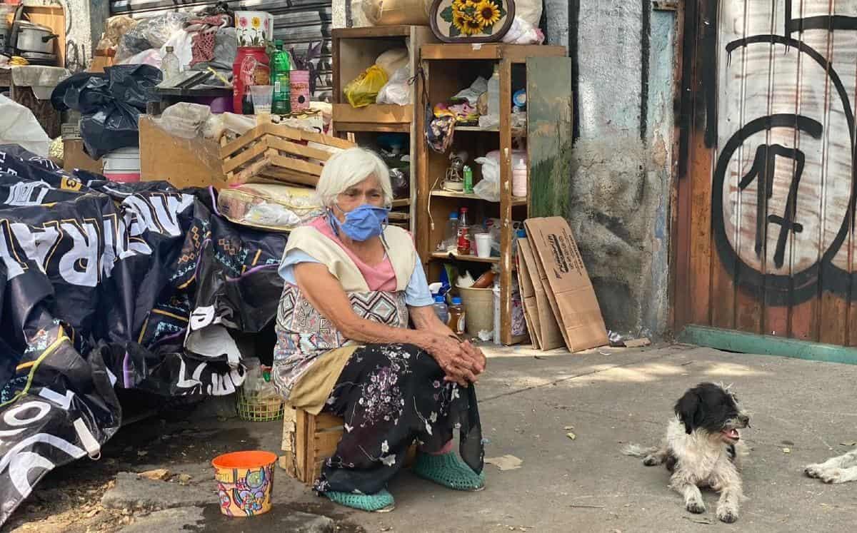 Echan a la calle a abuelita pese a tener COVID-19 en CDMX