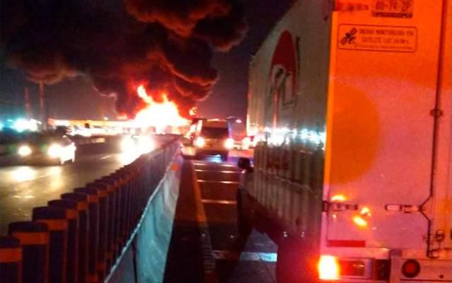 Explota pipa y se incendia sobre Circuito Exterior Mexiquense