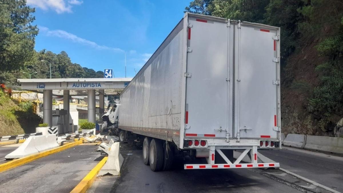Trailer choca contra caseta de autopista en la CDMX