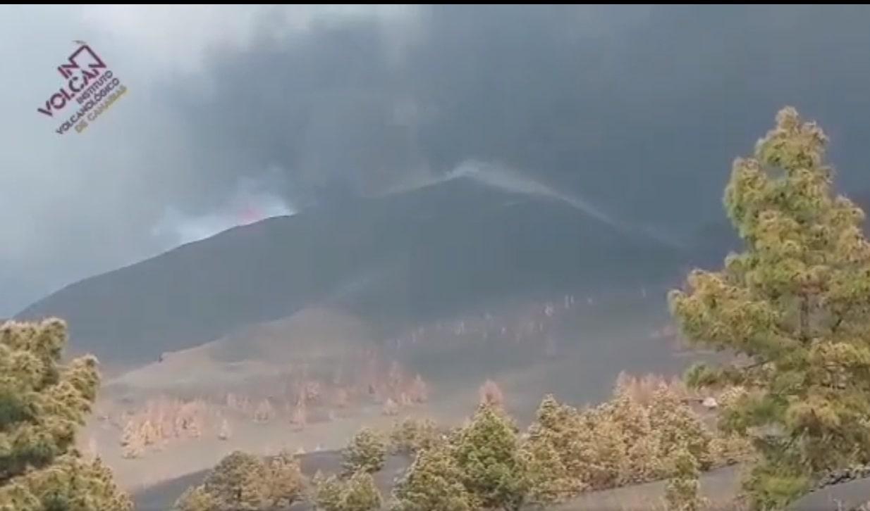 Captan un rayo volcánico sobre el cono principal de la Palma (video)