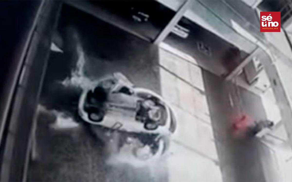 #Video un auto cayó encima de unas empleadas en una agencia automotriz