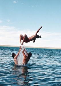 ley del impulso, incentivar, playa, amigos jugando
