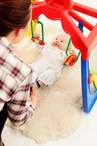 Motricité libre - bébé sur un tapis d'éveil #bébé #enfant #pédagogie