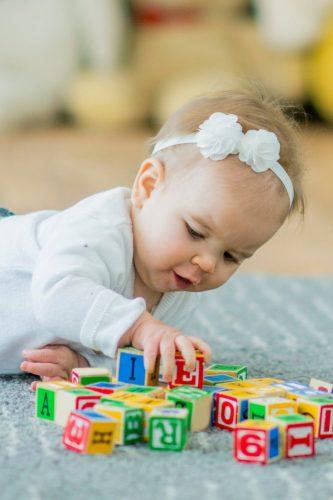 Motricité libre - enfant qui apprend s'amusant - #montessori #motricitélibre #pédagogie