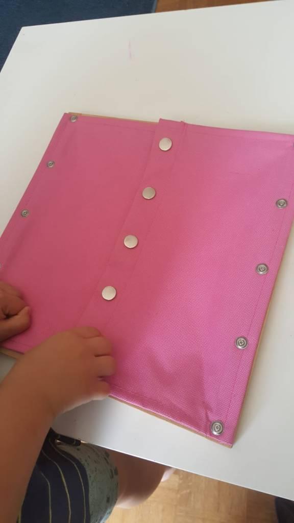 Cadres d'habillage Montessori - cadre velcro et boutons à pressions. #cadremontessori #pédagogie