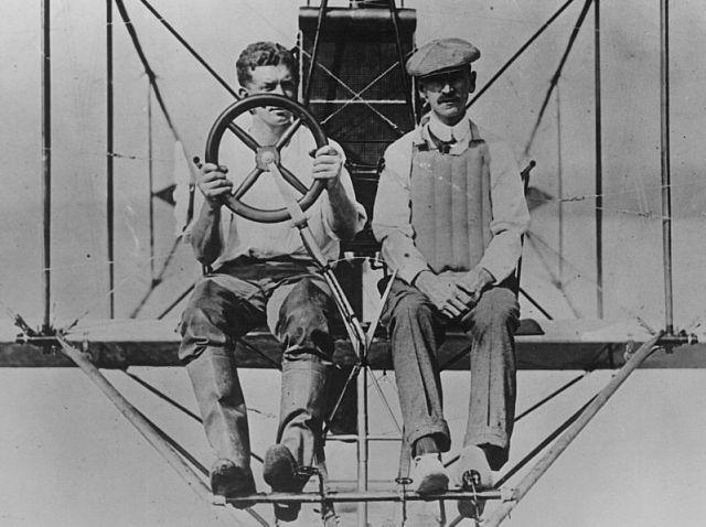 Коронадо. Глен Кёртисс обучает летать своего первого ученика