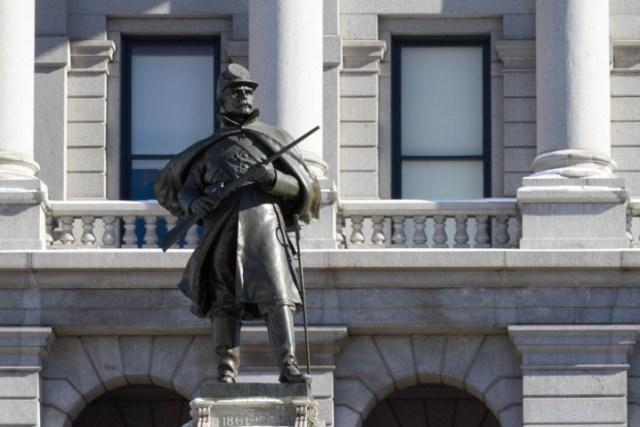 Денвер. Солдат-кавалерист у подножия Капитолия