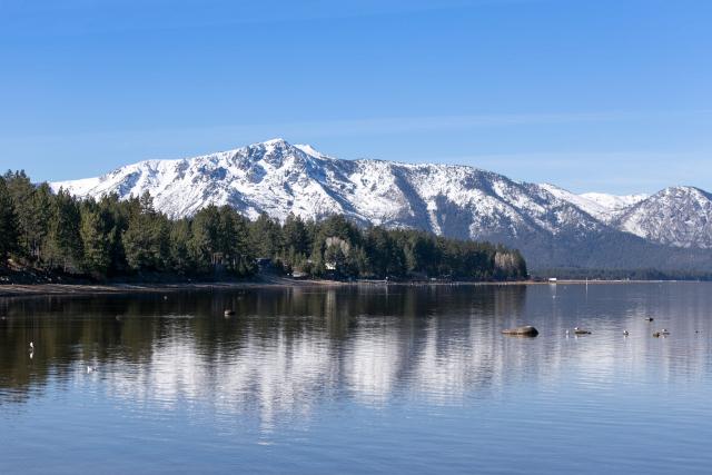 Ранее утро на озере Тахо (Lake Tahoe). Горы Сьерра-Невада