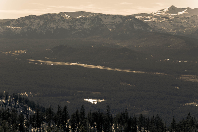 Вид с Heavenly. Взлетная полоса аэропорта у South Lake Tahoe