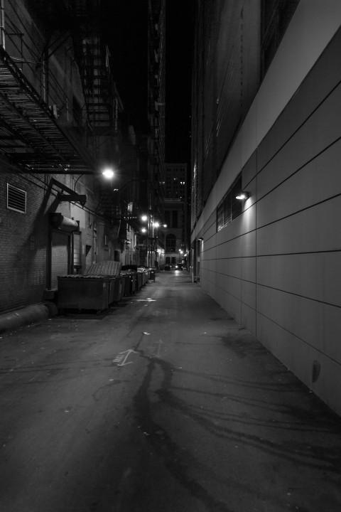 Темный переулок в ночном Чикаго