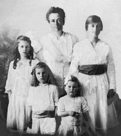 Nellie Chatfield with daughters, 1917, Boucher Street, Chico, California