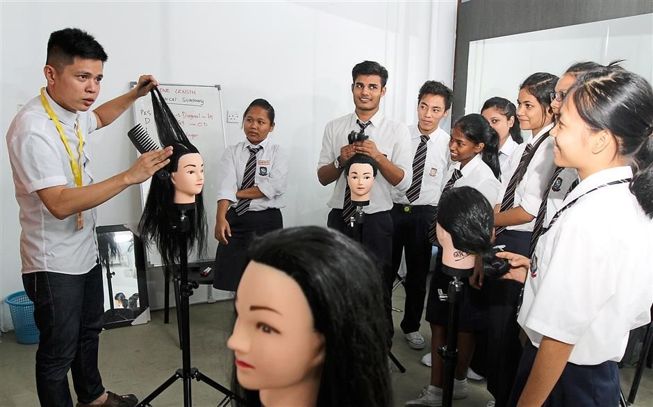 Passing down his hairdressing skills to refugee youths