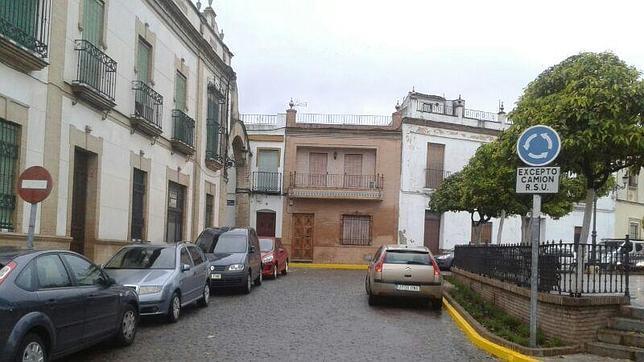 El coche particular del alcalde de Castilleja, aparcado en zona prohibida