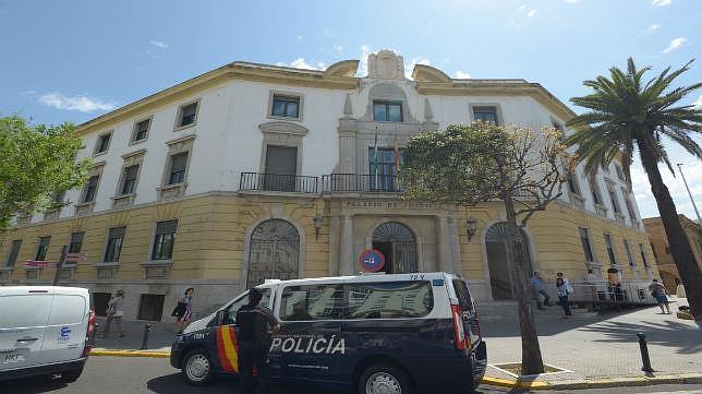 Casi 300 reclusos cumplen condena por violencia de género en Cádiz