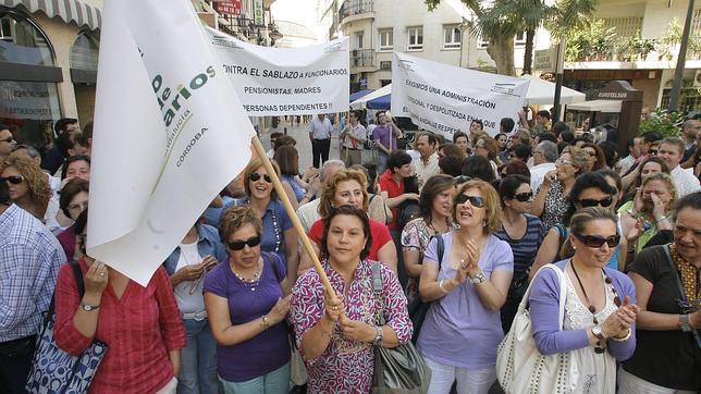 La Junta «engorda» la Administración paralela y elimina puestos de funcionarios