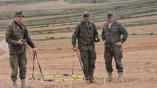 Soldados del Regimiento de Pontoneros prospectan el lugar con más indicios de la batalla de Cutanda
