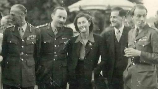 Krystyna Skarbek, en el centro