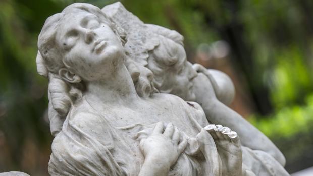 El monumento a Béquer en el Parque María Luisa con los dedos amputados
