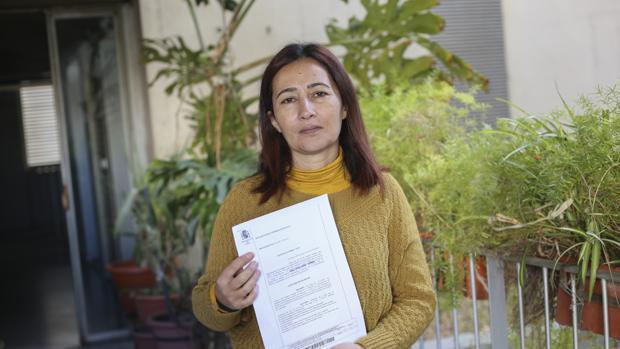 Teresa García García con la sentencia que le da la razón
