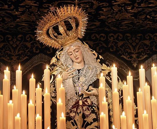La Virgen de los Dolores de Olivares con los clavos del señor, procesiona tras Cristo Yacente  el Viernes Santo