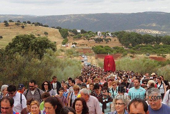 Los devotos acompañaron a San Benito en el camino de doce kilómetros que le separa de Castilblanco / Juan C. Romero
