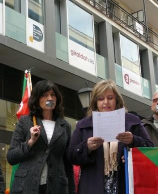 Ante la sede de la televisión municipal, los manifestantes han tapado de forma simbólica sus bocas para mostrar su rechaze ante la omisión de PA en el debate televisado./SA