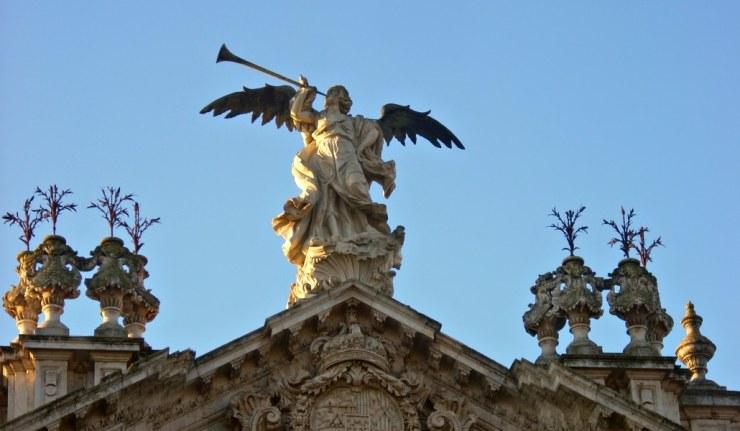 Ángel_de_la_Fachada_principal_de_la_Antigua_Fábrica_de_Tabacos_Sevilla