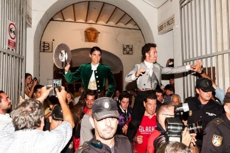 Toros Almería_SALIDA LEA VICENS Y LEONARDO HERNANDEZ