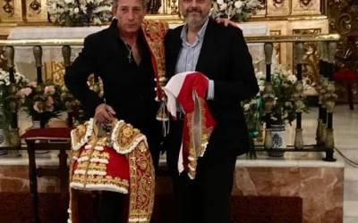 El diestro Gonzalo Caballero dona un terno a la Esperanza de Triana