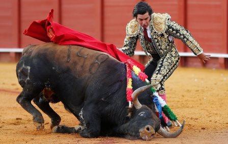 GRA461 SEVILLA, 12/04/2016.- El diestro Morante de la Puebla en el segundo de su lote en la corrida de abono de la Feria de Abril hoy en la Real Maestranza de Sevilla, en la que ha compartido cartel con Diego Urdiales y López Simón, con los toros de la ganadería extremeña de Jandilla. EFE/Jose Manuel Vidal.