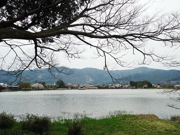 Vista do lago para Arashiyama
