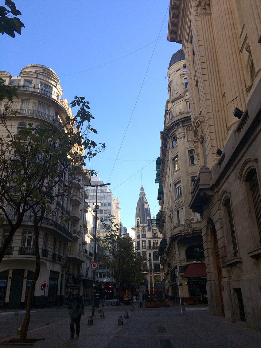 Rua de Buenos Aires bem cedinho