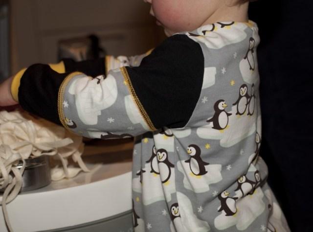 Pinguin-Pullover aus Pinguinstoff von Stoffwelten mit Ärmelteilungen und Covernähten