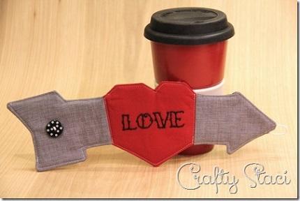 Free pattern: Heart and arrow coffee sleeve