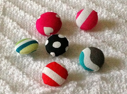 Tutorial: Fabric covered buttons, with or without a special kit