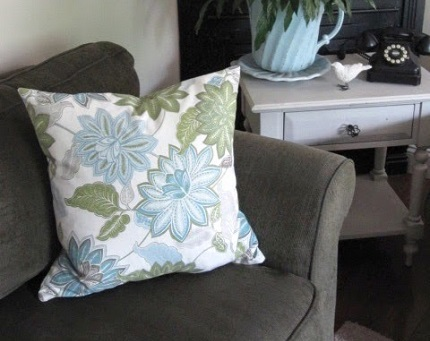 Tutorial: 4 pillow covers plus extra from a $20 tablecloth