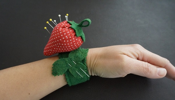 Tutorial: Strawberry pincushion for your wrist