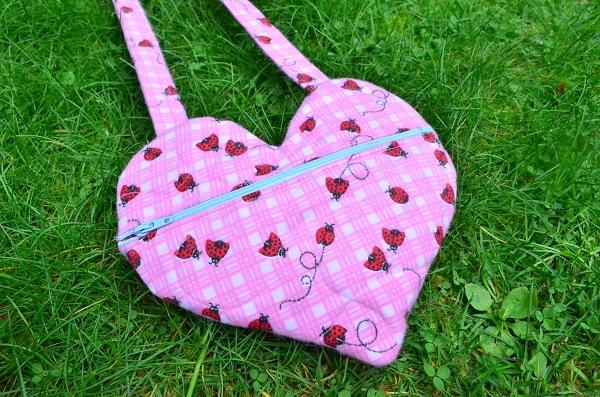 Free pattern: Little girls heart purse