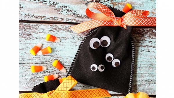 Tutorial: Googly eye Halloween treat bags from felt